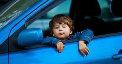 Ребёнок на переднем сиденье машины